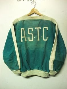 astc sweat Vintage Wear, Vintage Ski, Vintage Outfits, Love Clothing, Vintage Sweaters, Sport Fashion, Sportswear, Mens Sweatshirts, Young Fashion