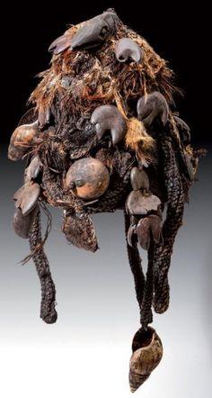 Coiffe Cameroun. Vannerie, fibres végétales, plumes, coquillages, graines,