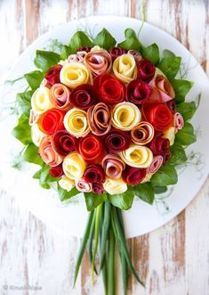 No-Bake Cheesecake With Fruit Roses Cute Snacks, Party Snacks, Appetizers For Party, Appetizer Recipes, Pollo Al Champignon, Kreative Snacks, Food Bouquet, Deco Buffet, Food Carving
