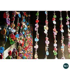 """Chắc mọi người đều biết ở Paris có một cây cầu với những chiếc khóa tình yêu nổi tiếng (""""Love Lock"""" Bridge). Liệu có thể áp dụng ý tưởng này thế nào? Lấy ví dụ nhé, có anh/chị/bạn nào mở quán cafe không nhỉ? Thì rất hy vọng bức ảnh này sẽ chia sẻ được với mọi người ý tưởng tạo """"Wall of Love"""" trong quán của mình để đặc biệt thu hút các bạn trẻ... Please click to read more https://www.facebook.com/photo.php?fbid=193008614194575=a.189331331228970.1073741828.182096725285764=1"""