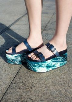 & OTHER STORIES These flatform sandals have a covered solid platform, comfort soles covered in metallic leather, two matte leather straps with embossed details and silver buckles, and flat rubber outer soles. Platform height: 8 cm.