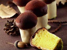 Amanti dei peccati di gola, ecco per voi i Funghetti di babà di Luca Montersino con crema pasticciera e cioccolato bianco. Un babà tira l'altro per stupire i vostri ospiti con un dessert creativo.