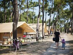 Stay on a campsite in the Vendée in the forest by the ocean on the island of Noirmoutier. Enjoy a holiday with direct access to the beach Camping World, Camping Life, Camping Hacks, Rv Camping, Glamping, Santa Cruz Camping, Camping Cornwall, Camping Lights, Holidays With Kids