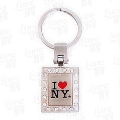 Sehr schöner I LOVE NY Schlüsselanhänger mit Strass. Rechteckige Form mit insgesamt 18 Strasssteinen und farbigem I LOVE NY Logo. Sehr schön ausgearbeitet und bestens geeignet für den Partner oder den Liebsten als New York Geschenk.I LOVE NY LogoRechteckig mit 18 Strasssteinen3D-OptikBreite 2,9cm, Höhe 3,4cm, Tiefe 0,3cm