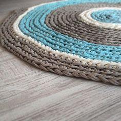 Interiores únicos con alfombras de crochet, Os gusta esta combinación? #alfombra #ganchillo #hechoamano #topo #azul #crema #gris #decoracion #interiorismo #loopsbylaura #talleres #santcugat #bcn #trapillo Unique interiors with crochet rugs, do you like this combo? #crochetrug #crochetXXL #handmade #diy #interiordesigns #tshirtyarn #workshops #makers #homewares #loops # #white #grey #cozy Crochet Patterns, Bath Mats, Pillows, Rugs, Ideas, Ganchillo, Blue Nails, Hand Made, Creativity