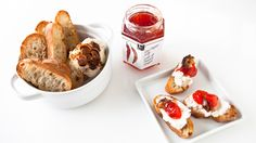 Roasted Garlic & Red Pepper Jelly Crostini Ingredients MAKES: 12 SLICES 12 slices French baguette Tbsp ml) olive oil C ml) soft goat cheese or Fresh cheese C ml) Red Pepper Jelly recipe prepared Roasted Garlic Bulbs Pepper Jelly Recipes, Red Pepper Jelly, Epicure Recipes, Cooking Recipes, Appetizers For Party, Appetizer Recipes, Roasted Garlic Cloves, Hot Butter, Yummy Treats