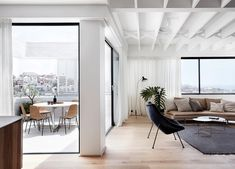 Tama ' s Tee Haus: Ein Küsten Beton Unipod von Luigi Rosselli Light Hardwood Floors, Timber Flooring, Home Design, Interior Design, Eclectic Design, Roof Beam, Sydney Beaches, Luigi, Piece A Vivre