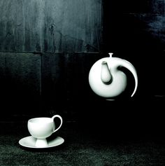My Way In the form of an ink stroke, this tea set expresses the minimalist boldness of Chinese aesthetics.