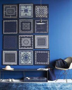 地中海を彷彿とさせる、オールブルーなお部屋。額に入れたバンダナや白い小物もお部屋の雰囲気にぴったりです。