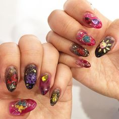 마음에 안든 두 손가락 바꾸니 더욱더 화려하구나😎  마음에 들어용 ❤️💅🏻 #생화네일#젤네일#셀프네일#취미#꽃네일#네일아트#화려화려#nailart#nails#flowernails#flower#gelnails#selfnail#ネイルアート#セルフネイル#フラワー#フラワーネイル#花#花ネイル#ジェル#お気に入り#💅