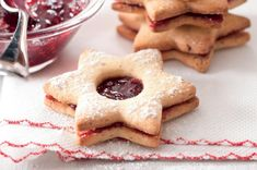 Bezlepkové linecké cukroví | Apetitonline.cz Cloud Cake, Christmas Baking, Raw Vegan, Baked Goods, Almond, Low Carb, Gluten Free, Sweets, Cookies