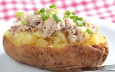 This delicious cheesy tuna baked potato contains low fat, low sodium, low sugar and rich in protein. Find more delicious recipes from us ! This cheesy tuna baked potato makes a healthy family meal with salad. Baked Potato Fillings, Baked Potato Recipes, Jacket Potato And Tuna, Tinned Tuna Recipes, Gourmet Recipes, Healthy Dinner Recipes, Easy Recipes, Spring Onion Recipes, Tuna Bake