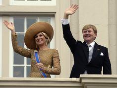 Koning Willem Alexander en koningin Máxima zwaaien vanaf het bordes van Paleis Noordeinde. Prinsjesdag 2013.