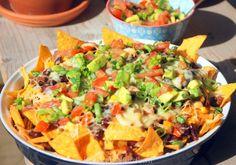 Deze Mexicaanse tortillaschotel zit afgeladen vol met verrukkelijke laagjes tortillachips, pittig gekruid gehakt en kaas: oftewel loaded nachos!
