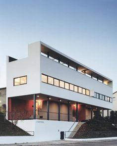 """Von außen erscheint das Doppelhaus nach der Sanierung wieder im Zustand von 1927 - nur der dezente Schriftzug """"Weißenhofmuseum im Haus Le Corbusier"""" weist auf die neue Nutzung hin., © Brigida Gonzalez, Stuttgart"""