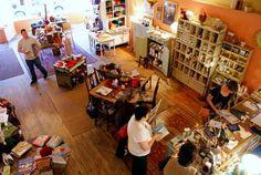Aime l'idee de plusieurs tables de travail ... yarn shop