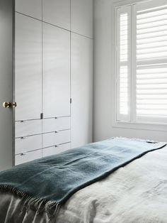Purchasing interior barn doors is easy and there are many available options to choose from. Wardrobe Door Handles, Wardrobe Doors, Built In Wardrobe, Home Bedroom, Master Bedroom, Bedroom Decor, Bedrooms, Build A Closet, Bedroom Cabinets