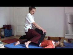 Thaimassage: Oberschenkelruckseite Sen Sumana mit Knien behandeln von Pascal BeAumArt