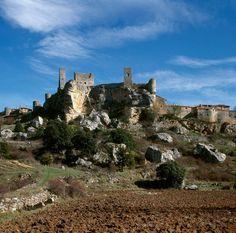 Los 5 pueblos más antiguos de España, para una escapada única. Mansions, House Styles, Places To Visit, Old Bridges, Vernacular Architecture, Medieval Town, Spain, Manor Houses, Villas