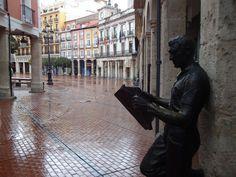 """Estatua de """"El Lector"""". Statue of """"The Reader"""". Calle Sombrerería (Burgos) — Headgear Street (Burgos)"""