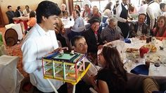 """El """"Pajarito de la Suerte"""", es un tipico personaje de la historia mexicana, el cual no puede faltar en una tradicional fiesta de pueblo mexicana. #ambientacionmexicana #fiestatematica #fiestatema #pueblomexicano #iglesia #catedral #arcomexicano #fiestamexicana"""