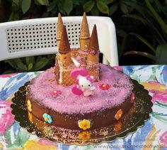 Ispirata dalle bellissime torte di compleanno americane quest'anno per il terzo compleanno della mia bambina, ho pensato di realizzare una torta castello, per una festa a tema principessa! La torta è un dolce morbido di pan di spagna, fresco e..facile da addentare! Sono riuscita a crearla in un'oretta circa, ma è stata divorata in pochissimi...