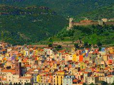 Bosa, i suoi colori e il castello,foto di antonè Caratteristico borgo medioevale costruito su un territorio di origine vulcanica,  è sovrastato dal Castello dei Malaspina,  formato da un muro di cinta di oltre mt. 300 e da ben 7 torri.   E'  attraversato dal fiume Temo che è l' unico navigabile della Sardegna.