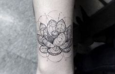 Tatuagem de Flor de Lotus    Geométrica