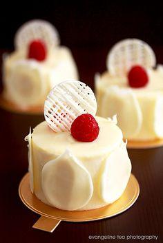 ivoire (biscuit aux amandes (almond biscuit sponge), compote de fruits rouges (red fruits compote), mousse choc blanc (white choc mousse), glacage blanc (white choc glaze))