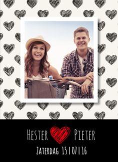 Hippe trouwkaart in zwart-wit met zwarte getekende hartjes op witte ondergrond. Mooie foto van jullie samen in het midden.