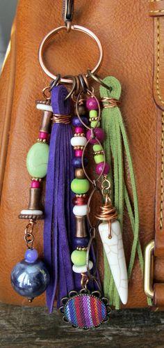 Tire de encanto Boho bolso, borla, cremallera, llavero - tela India, Lima morado, Chartreuse verde, fucsia de cerámica rosa, cobre, piedra, gamuza
