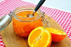 Apelsinmarmelad med citron väcker många barndomsminnen hos mig då jag alltid åt det på somrarna när jag var liten. Det är inte mycket som slår en skiva ros