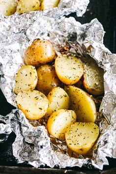 Garlic Herb Grilled Potatoes in Foil - A good dose of garlic, thyme, and rosemary make these potatoes that much more delicious, and the grill gives them just the right amount of crispness and a delicious smoky flavor. Roasted Potatoes On Grill, Foil Potatoes On Grill, Garlic Potatoes Recipe, Foil Packet Potatoes, Seasoned Potatoes, How To Cook Potatoes, Yukon Potatoes, Recipes, Side Dishes