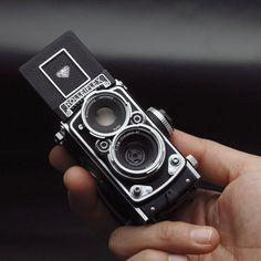 The Rolleiflex MiniDigi AF 5.0 is a tiny 5-megapixel digital camera designed to look just like the Rolleiflex 2.8F 6x6cm twin lens reflex camera.