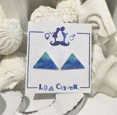 LALA CloveR.オリジナル イヤリング(両耳用)です。【素材】プラスチック、レジン(表面裏面に塗っております)【サイズ】縦1.5cm x 横1.5cm...|ハンドメイド、手作り、手仕事品の通販・販売・購入ならCreema。
