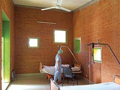 Léo Surgical Clinic and Health Center, Foto:©Keré Architecture - Eine ganz besondere Geschichte - fast schon einem Märchen ähnlich - kann Architekt Diébédo Francis Kére erzählen. Ein ganz besonderer Mann, der ganz besondere Projekte umgesetzt hat.