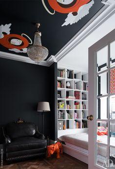 Кабинет. Кресло и торшер заказали в США. Стеллажи и подиум с кроватью сделаны по эскизам дизайнеров.
