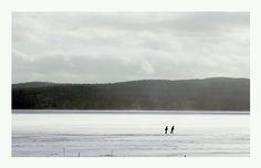 Beau temps mauvais temps les gens patinent sur le lac Mountains, Nature, Travel, City, Viajes, Traveling, Nature Illustration, Off Grid, Trips