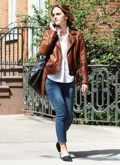 Emma Watson Reveals Her Latest Favorite Read: Photo Emma Watson looks chic and casual in a brown leather jacket and cropped jeans on Monday (April in New York City. Style Emma Watson, Emma Watson Casual, Emma Watson Estilo, Emma Watson Fashion, Emma Watson Outfits, Girl Fashion, Fashion Outfits, Spring Fashion, Style Fashion