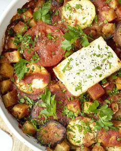 Briam is een bij ons minder bekende ovenschotel uit Griekenland, maar daarom niet minder lekker! Heerlijke ovengeroosterde groenten in tomatensaus met oregano, waar we ook nog feta bij doen, die lekker zacht en smeuïg wordt in de oven. Smullen maar! Food Platters, Food Dishes, Best Potato Recipes, Low Carb Brasil, Vegetarian Recipes, Healthy Recipes, Healthy Slow Cooker, Comfort Food, Evening Meals