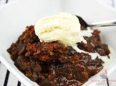 This sweet slow cooker sticky date pudding is the perfect way to finish off a busy day. It's relatively easy to get cooking and tastes amazing! Slow Cooker Recipes Dessert, Crockpot Recipes, Dessert Recipes, Baking Desserts, Vegan Recipes, Savoury Pastry Recipe, Pastry Recipes, Pudding Desserts, Pudding Recipes