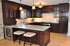 I like this backsplash Kitchen Armoire, Modern Kitchen Cabinets, 10x10 Kitchen, New Kitchen, House Main Gates Design, Kitchen Arrangement, Small Kitchen Organization, Kitchen Room Design, Mahogany Cabinets