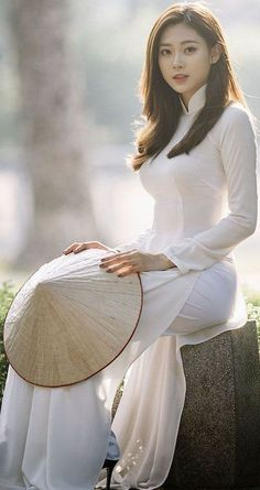 White Shirt - White Trousers - Women's Tunic Source by Looks Pinterest, Vietnam Girl, Ao Dai Vietnam, Vietnamese Dress, Vietnamese Traditional Dress, Beautiful Asian Women, Sexy Asian Girls, Emo Girls, Traditional Dresses