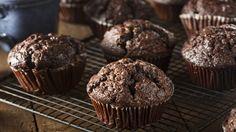 A csokis muffin egy igazi jolly joker, nagyon kevés olyan gyerek vagy felnőtt van, aki ne csábulna el a látványától, illatától, így mindenki tartson a tarsolyában egy bármikor előkapható, egyszerű csokismuffin-recept. Könnyedén elkészíthető, akár a többi csokis muffin, mégis van benne egy-két olyan csavar, ami igazán izgalmassá teszi a végeredményt.