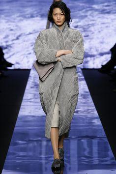 Max Mara - Fall 2015 Ready-to-Wear - Look 20 of 41 - Milan fashion week Grey Fashion, Runway Fashion, High Fashion, Fashion Show, Autumn Fashion, Womens Fashion, Fashion Design, Milan Fashion, Max Mara