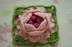 한길긴뜨기 16개를 만들어주세요~~첫번째 한길긴뜨기에서 빼뜨기로 마무리~~요약하자면,,, 사슬코2개 + 한... Crochet Doll Pattern, Crochet Motif, Crochet Doilies, Crochet Stitches, Free Crochet, Knit Crochet, Crochet Patterns, Yarn Flowers, Crochet Flowers
