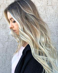 capelli lunghi e folti con un acconciatura leggermente ondulata e balayage  biondo cenere e22c84c02726
