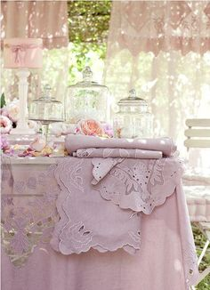 love this pretty pink table