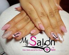 $ 220   Uñas acrílicas. Punta ovalada.  Rosa pastel,  plata.  Delineado,  mano alzada.  Ancla. Organic Nails. Desing by Sarii Estrada