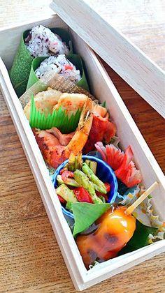 #91 Mayumi Japan 弁当の内容…チアシード入り塩昆布梅ゆかりオニギリ、蓮根明太子揚げ、海老ベーコン巻き、アスパラとパプリカのマヨソテー、カニカマ海苔巻き、みたらし団子 こだわりポイント…甘い物は別腹の娘へ、教室の中で食べるお弁当にもお花見気分が味わえるお弁当を作ってみました。